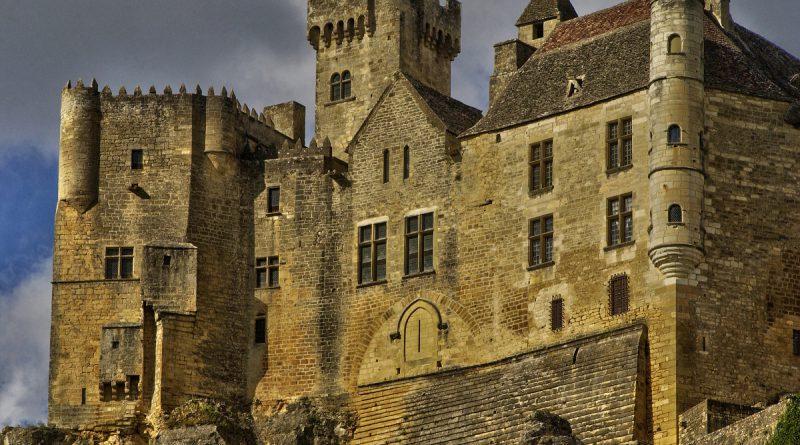 Замок Бенак во Франции